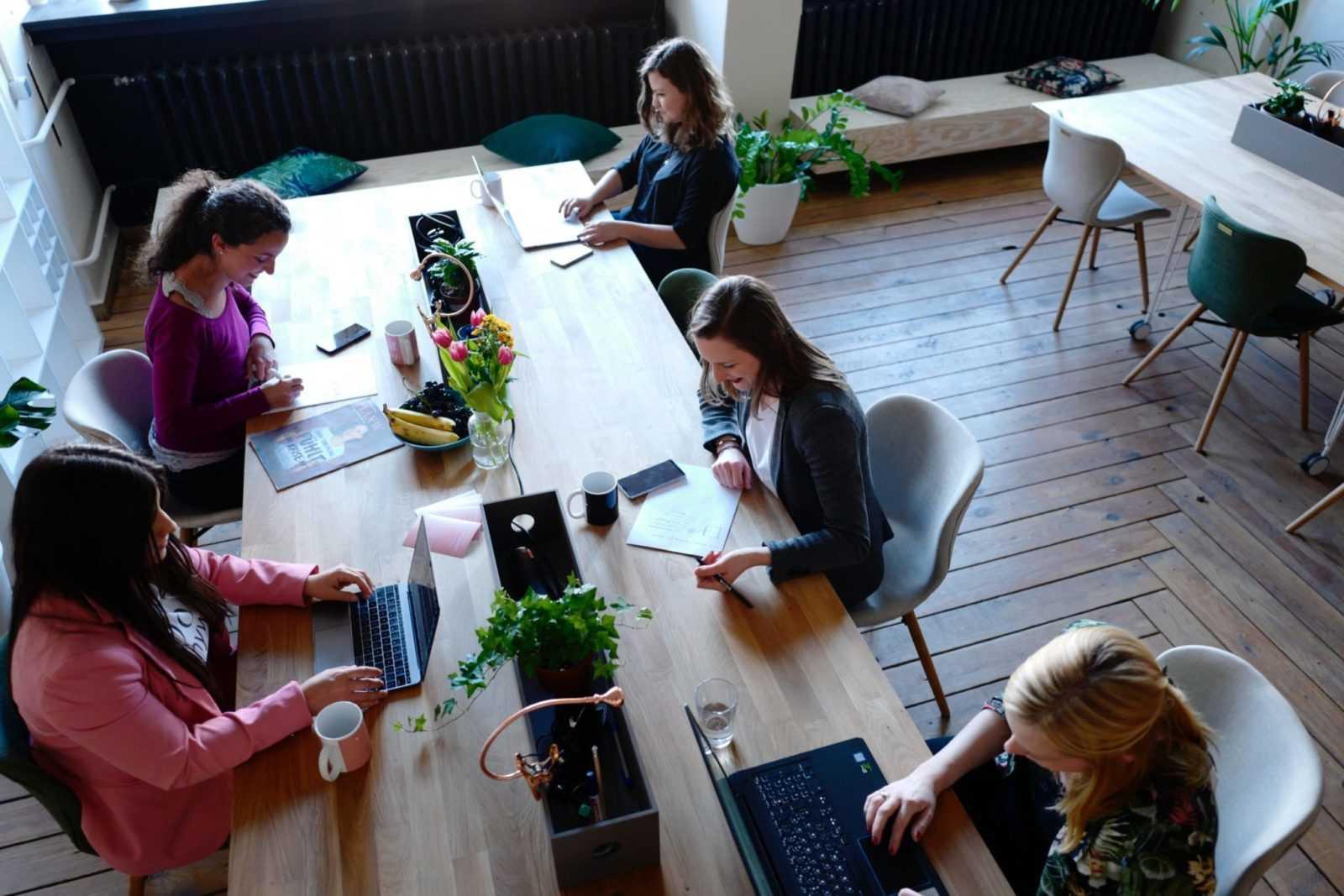 un groupe de stagiaires adultes en session de formation présentiel