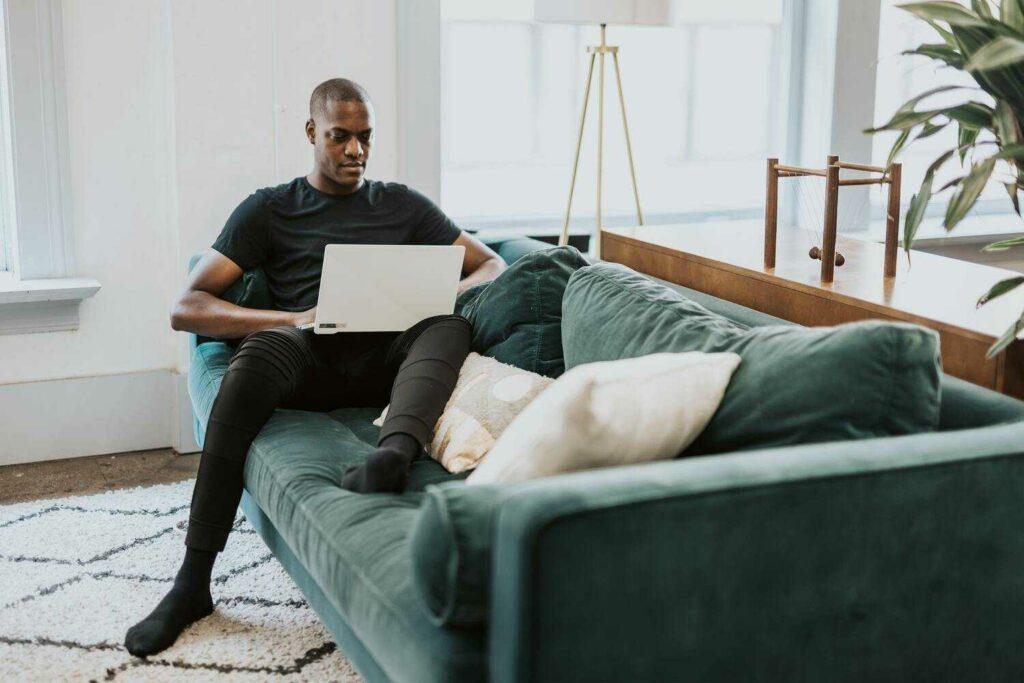 un homme sur son ordinateur qui s'informe sur les OPCO