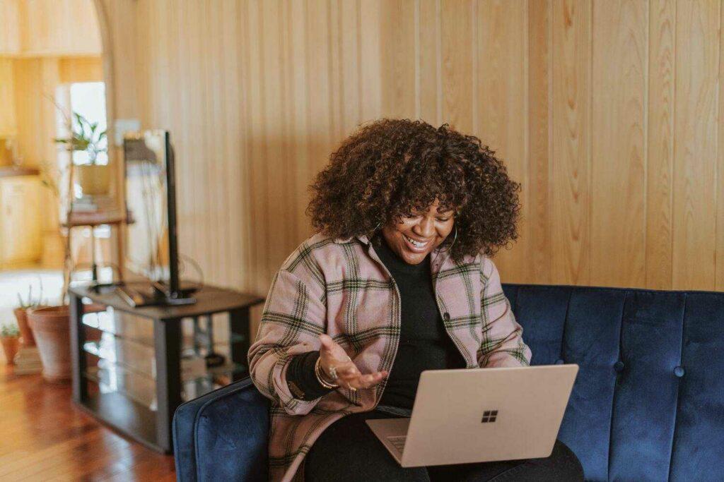 une adulte sur son ordinateur qui s'informe sur la prise en charge d'une formation avec les acteurs locaux